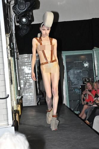 """Người mẫu """"nude""""... 90% trên sàn runway của LFW 8"""