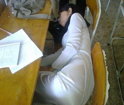 luc ngủ trong lớp mặc chiếc ao dai nhin em vẫn xinh