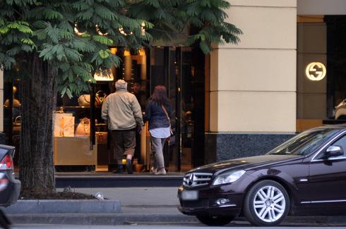 Sau hơn một tháng bị niêm phong, cửa hàng Gucci tại Hà Nội đã mở cửa trở lại. Ảnh: Anh Quân