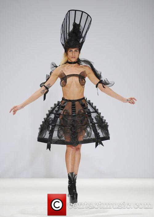 """Người mẫu """"nude""""... 90% trên sàn runway của LFW 13"""