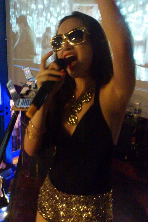 Angela Phương Trinh mặc đồ bó ưỡn ẹo trong quán bar