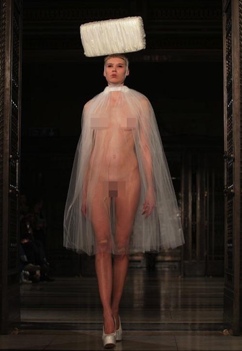 """Người mẫu """"nude""""... 90% trên sàn runway của LFW 3"""