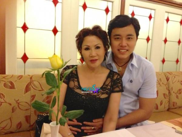 Vũ Hoàng Việt chăm chỉ bón thức ăn cho bồ già tỉ phú và